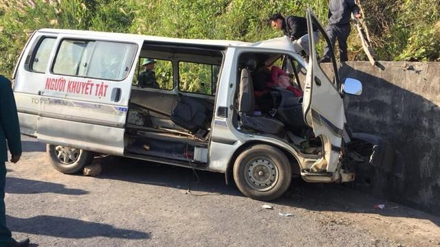 Nghệ An: Xe chở đoàn người khuyết tật đi làm từ thiện đâm vào vách núi, 5 người thương vong - Ảnh 1.
