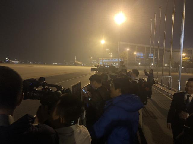 [Trực tiếp] Đón U22 Việt Nam và ĐT nữ Việt Nam: Máy bay chở các cầu thủ đã hạ cánh - Ảnh 6.