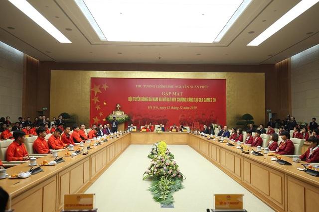 Thủ tướng Nguyễn Xuân Phúc ôm chặt HLV Park Hang-seo, Mai Đức Chung - Ảnh 11.