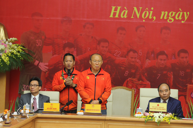 [Trực tiếp] Đón U22 Việt Nam và ĐT nữ Việt Nam: Thủ tướng Nguyễn Xuân Phúc gặp mặt ban huấn luyện, cầu thủ hai đội bóng - Ảnh 5.