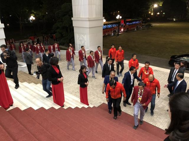 [Trực tiếp] Đón U22 Việt Nam và ĐT nữ Việt Nam: Thủ tướng Nguyễn Xuân Phúc gặp mặt ban huấn luyện, cầu thủ hai đội bóng - Ảnh 15.