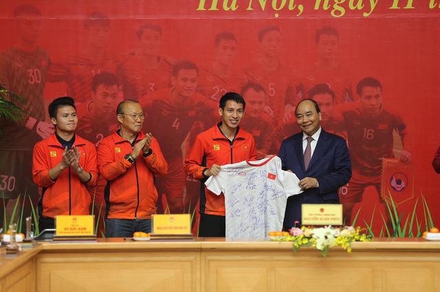 [Trực tiếp] Đón U22 Việt Nam và ĐT nữ Việt Nam: Thủ tướng Nguyễn Xuân Phúc gặp mặt ban huấn luyện, cầu thủ hai đội bóng - Ảnh 4.