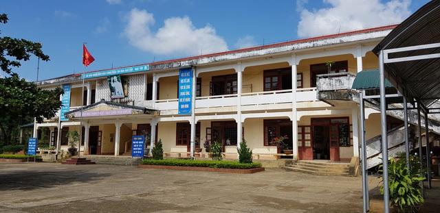 Người dân bức xúc vì năm nào cũng đóng tiền xây dựng cơ sở vật chất nhưng trường lớp chẳng có gì thay đổi.