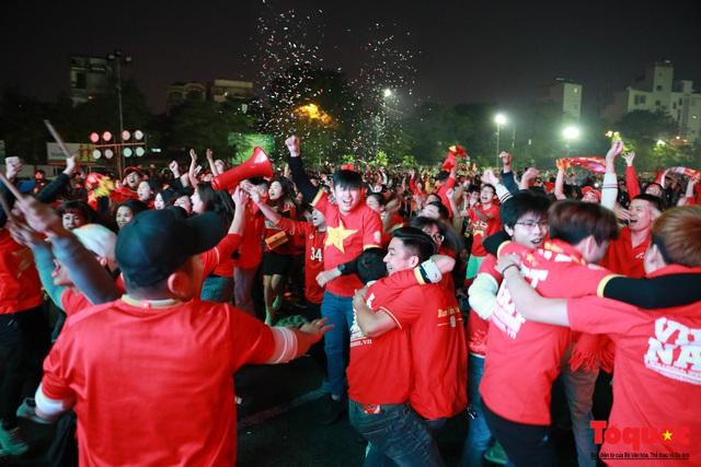 Nhìn lại những cảm xúc của CĐV Hà Nội trong trận chung kết đầy thuyết phục của ĐT Việt Nam - Ảnh 2.