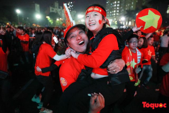 Nhìn lại những cảm xúc của CĐV Hà Nội trong trận chung kết đầy thuyết phục của ĐT Việt Nam - Ảnh 4.