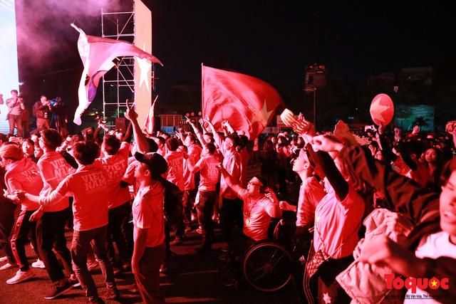 Nhìn lại những cảm xúc của CĐV Hà Nội trong trận chung kết đầy thuyết phục của ĐT Việt Nam - Ảnh 7.