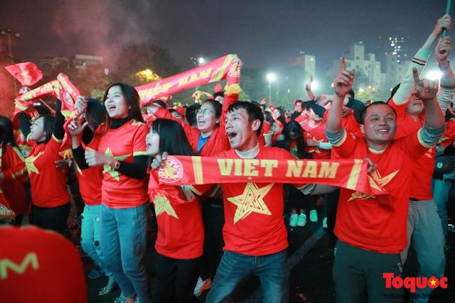 Nhìn lại những cảm xúc của CĐV Hà Nội trong trận chung kết đầy thuyết phục của ĐT Việt Nam - Ảnh 10.