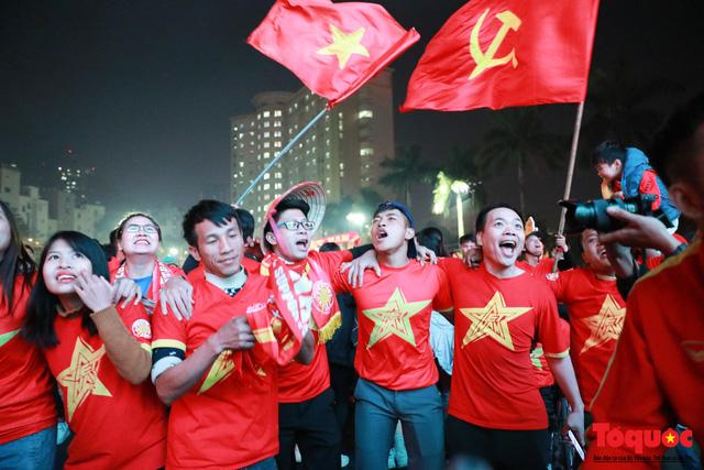 Nhìn lại những cảm xúc của CĐV Hà Nội trong trận chung kết đầy thuyết phục của ĐT Việt Nam - Ảnh 12.