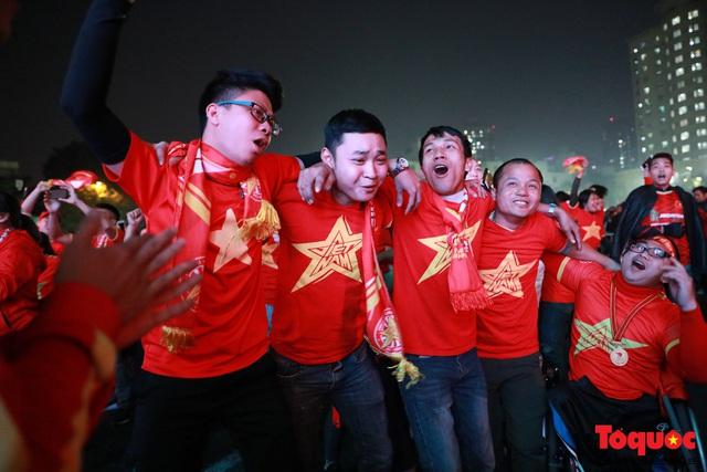 Nhìn lại những cảm xúc của CĐV Hà Nội trong trận chung kết đầy thuyết phục của ĐT Việt Nam - Ảnh 13.
