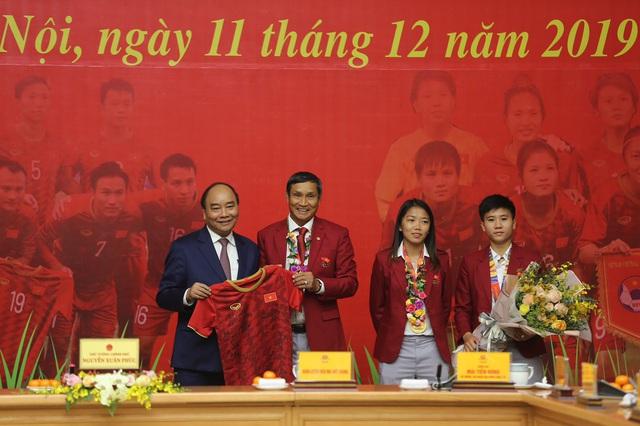 [Trực tiếp] Đón U22 Việt Nam và ĐT nữ Việt Nam: Thủ tướng Nguyễn Xuân Phúc gặp mặt ban huấn luyện, cầu thủ hai đội bóng - Ảnh 3.