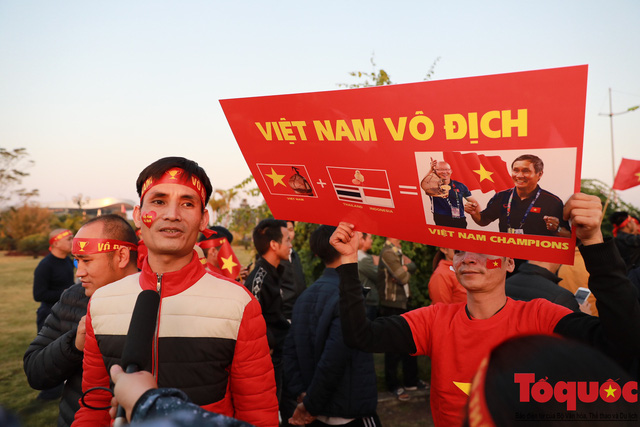 [Trực tiếp] Đón U22 Việt Nam và ĐT nữ Việt Nam: CĐV đốt nóng không khí sân bay Nội Bài - Ảnh 14.