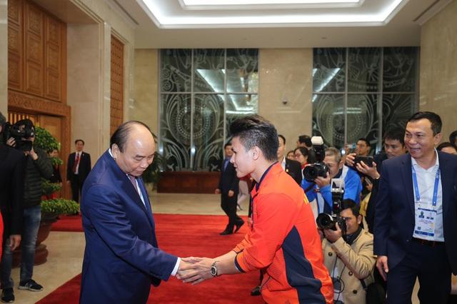 [Trực tiếp] Đón U22 Việt Nam và ĐT nữ Việt Nam: Thủ tướng Nguyễn Xuân Phúc gặp mặt ban huấn luyện, cầu thủ hai đội bóng - Ảnh 12.