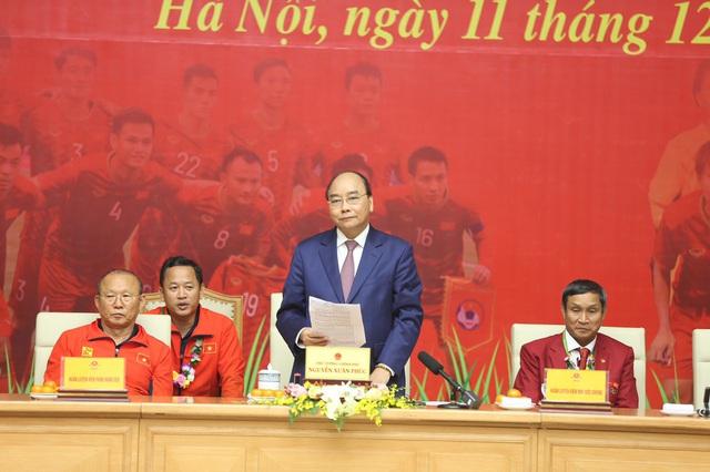 [Trực tiếp] Đón U22 Việt Nam và ĐT nữ Việt Nam: Thủ tướng Nguyễn Xuân Phúc gặp mặt ban huấn luyện, cầu thủ hai đội bóng - Ảnh 1.