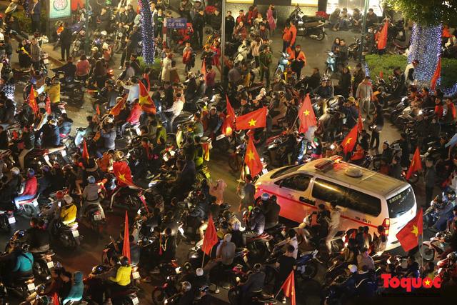 Hành động đẹp của CĐV Việt Nam trong đêm U22 Việt Nam giành huy chương vàng SEA Games - Ảnh 3.