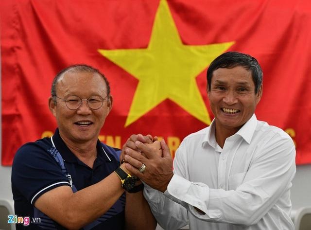 [Trực tiếp] Đón U22 Việt Nam và ĐT nữ Việt Nam: CĐV đốt nóng không khí sân bay Nội Bài - Ảnh 21.