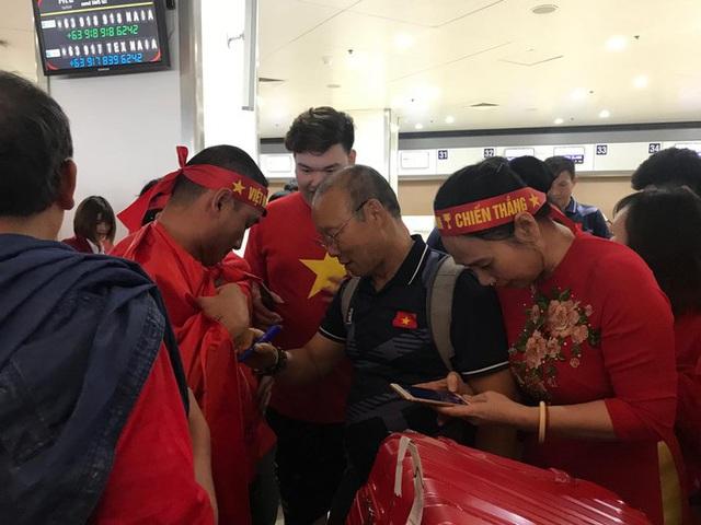 [Trực tiếp] Đón U22 Việt Nam và ĐT nữ Việt Nam mang cú đúp HCV về Tổ quốc, Lễ bế mạc SEA Games 30 - Ảnh 10.