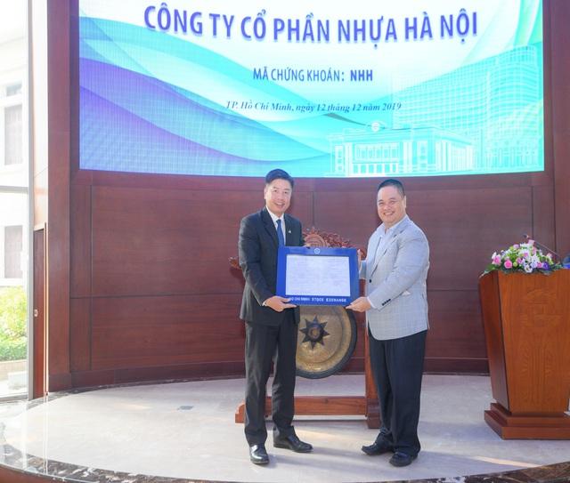 Nhựa Hà Nội chính thức niêm yết sàn HoSE - Ảnh 2.
