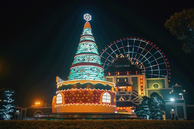 Mê mẩn với cây thông Giáng sinh khổng lồ làm từ 5000 chai nhựa tại Sun World Danang Wonders - Ảnh 1.