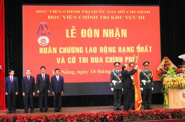 Thủ tướng Nguyễn Xuân Phúc trao Huân chương Lao động hạng Nhất cho Học viện Chính trị khu vực III - Ảnh 2.