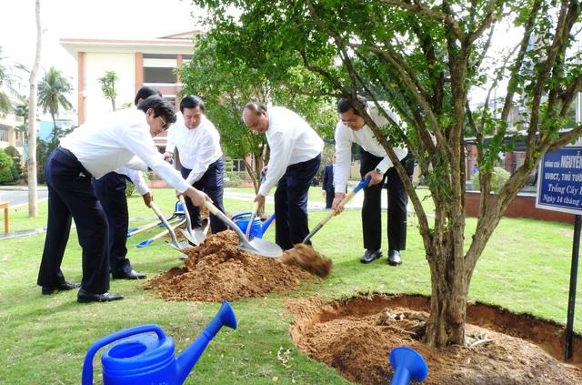Thủ tướng Nguyễn Xuân Phúc trao Huân chương Lao động hạng Nhất cho Học viện Chính trị khu vực III - Ảnh 5.