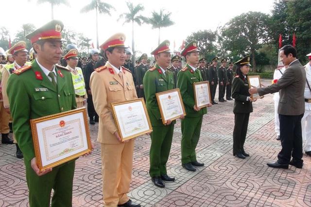 Chủ tịch UBND tỉnh Quảng Bình khen thưởng các tập thể, cá nhân thuộc lực lượng Công an Quảng Bình có thành tích cao trong công tác.