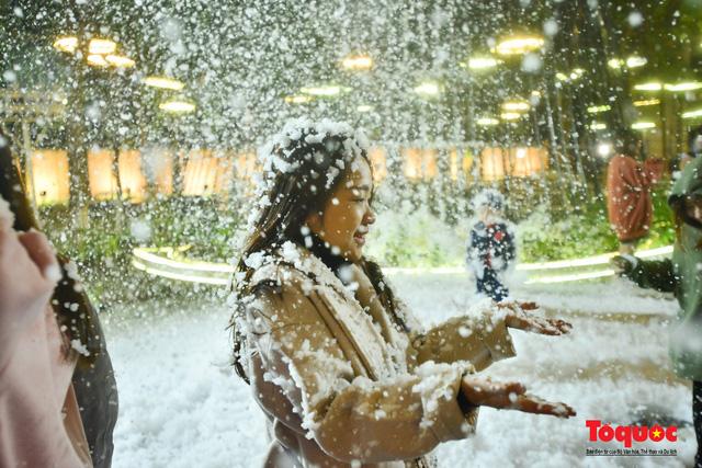 Ngắm nhìn tuyết rơi lãng mạn như trời Âu giữa đông Hà Nội - Ảnh 14.