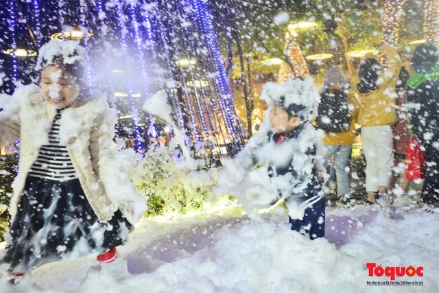 Ngắm nhìn tuyết rơi lãng mạn như trời Âu giữa đông Hà Nội - Ảnh 8.