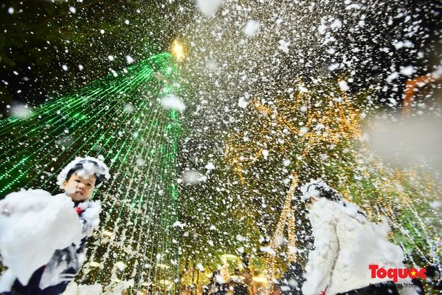 Ngắm nhìn tuyết rơi lãng mạn như trời Âu giữa đông Hà Nội - Ảnh 3.