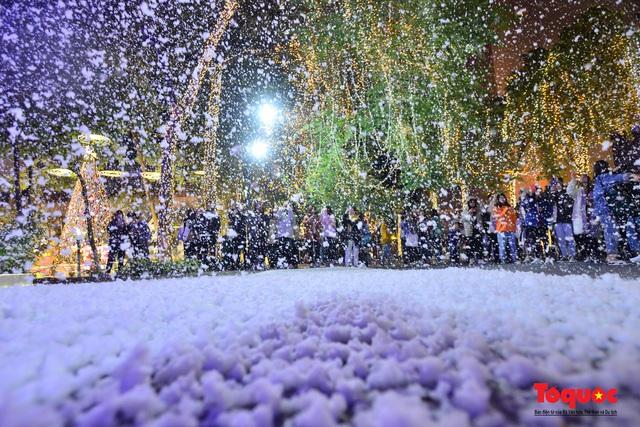 Ngắm nhìn tuyết rơi lãng mạn như trời Âu giữa đông Hà Nội - Ảnh 18.
