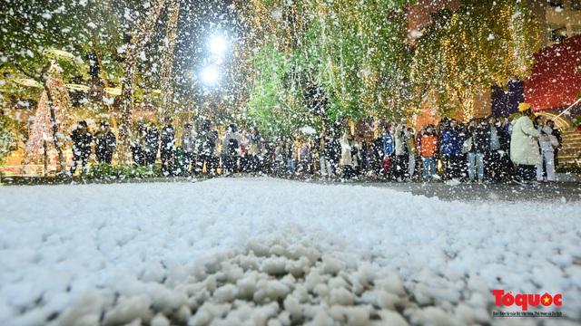 Ngắm nhìn tuyết rơi lãng mạn như trời Âu giữa đông Hà Nội - Ảnh 6.