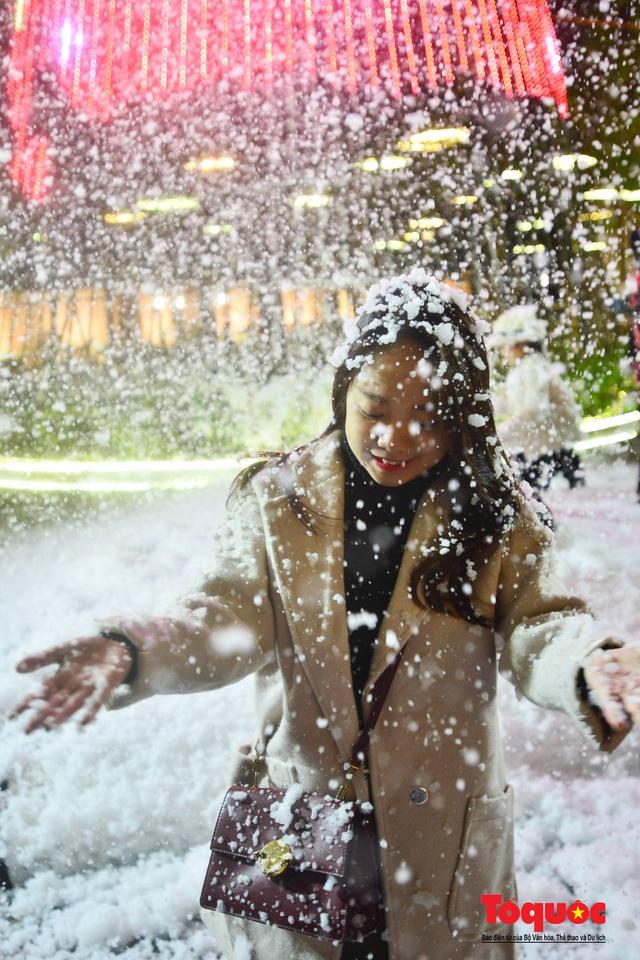 Ngắm nhìn tuyết rơi lãng mạn như trời Âu giữa đông Hà Nội - Ảnh 7.