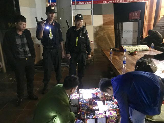Quảng Bình: Hai cha con cùng buôn bán pháo trái phép, một giám đốc bị bắt - Ảnh 2.