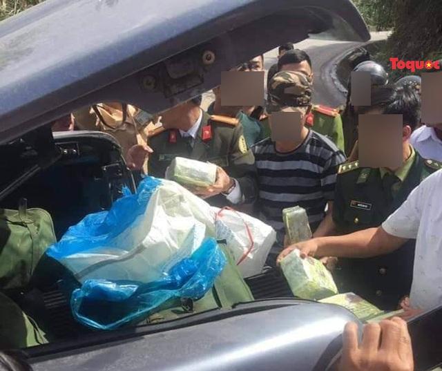 Quảng Bình: Truy bắt hai kẻ bỏ ô tô và hơn 200kg ma tuý đá chạy trốn vào rừng - Ảnh 2.