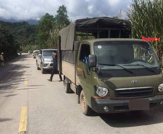 Quảng Bình: Truy bắt hai kẻ bỏ ô tô và hơn 200kg ma tuý đá chạy trốn vào rừng - Ảnh 1.
