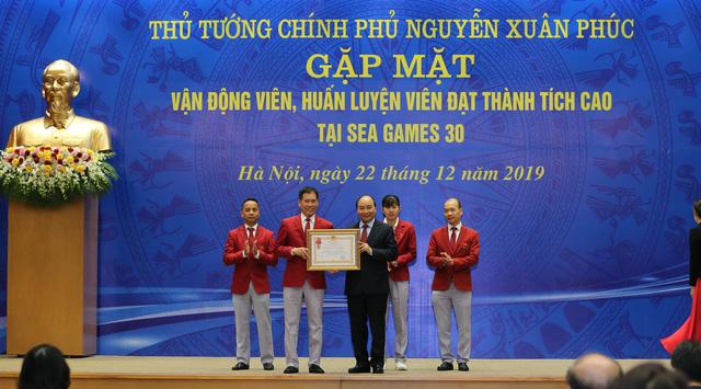 """Thủ tướng Nguyễn Xuân Phúc: """"Hình ảnh lá cờ đỏ sao vàng được kéo lên tại SEA Games đã mang lại một niềm xúc động, cảm xúc mạnh mẽ"""" - Ảnh 7."""