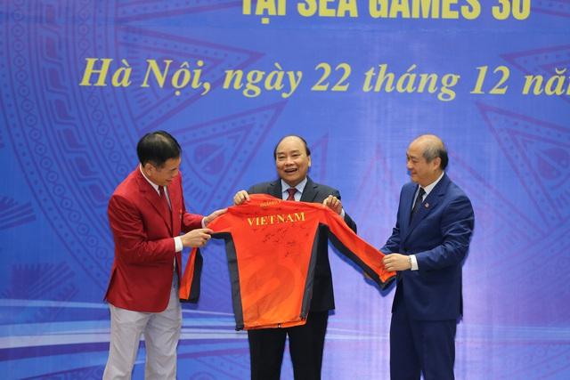 """Thủ tướng Nguyễn Xuân Phúc: """"Hình ảnh lá cờ đỏ sao vàng được kéo lên tại SEA Games đã mang lại một niềm xúc động, cảm xúc mạnh mẽ"""" - Ảnh 8."""