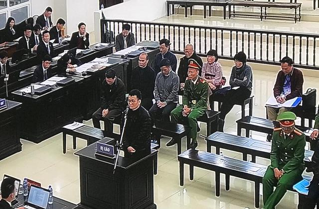 Vụ án AVG: Khóc nức nở trước tòa, bị cáo Hoàng Duy Quang mong muốn được khoan hồng để trở về làm tròn trách nhiệm người chồng, người cha - Ảnh 1.