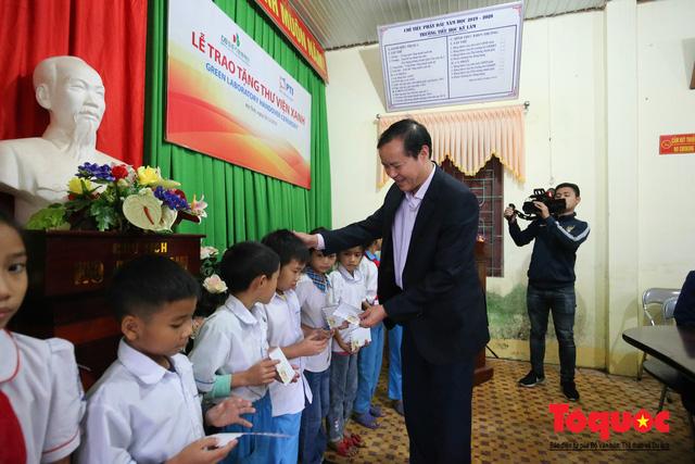 Học sinh tiểu học Kỳ Lâm thích thú với Thư viện xanh do Bảo hiểm PTI trao tặng - Ảnh 2.