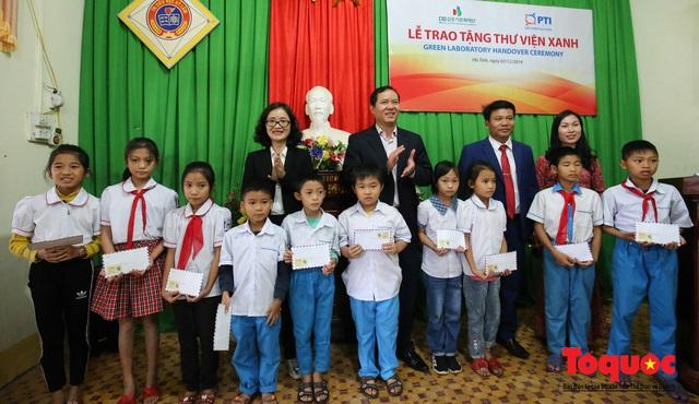 Học sinh tiểu học Kỳ Lâm thích thú với Thư viện xanh do Bảo hiểm PTI trao tặng - Ảnh 4.