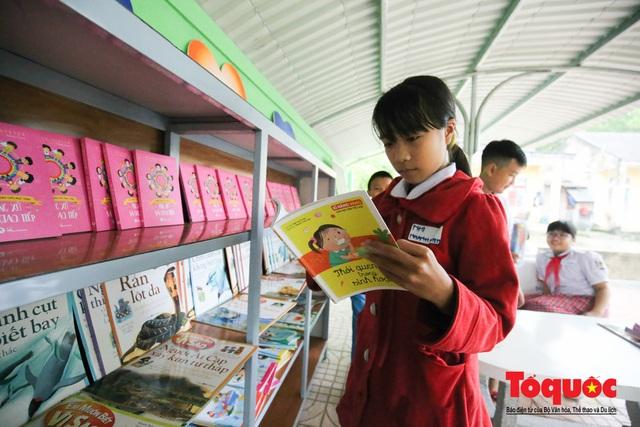 Học sinh tiểu học Kỳ Lâm thích thú với Thư viện xanh do Bảo hiểm PTI trao tặng - Ảnh 9.