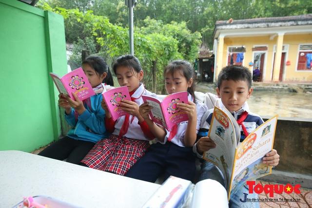 Học sinh tiểu học Kỳ Lâm thích thú với Thư viện xanh do Bảo hiểm PTI trao tặng - Ảnh 10.