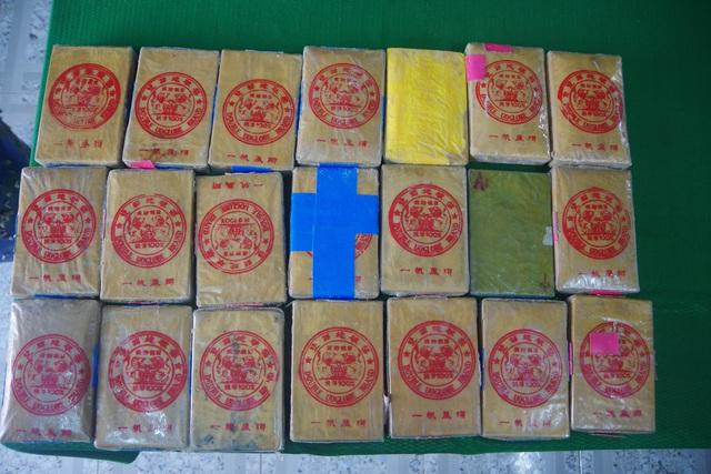 Người dân Thừa Thiên Huế tiếp tục nhặt được 21 bánh nghi ma túy trôi dạt trên biển - Ảnh 2.