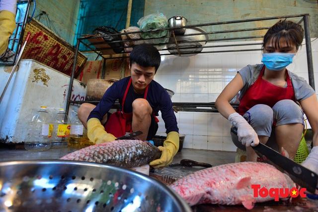 """Xếp hàng dài mua cá kho nức tiếng chợ """"nhà giàu""""  - Ảnh 6."""