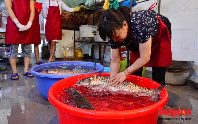 """Xếp hàng dài mua cá kho nức tiếng chợ """"nhà giàu""""  - Ảnh 4."""