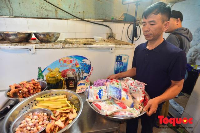 """Xếp hàng dài mua cá kho nức tiếng chợ """"nhà giàu""""  - Ảnh 8."""