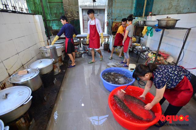 """Xếp hàng dài mua cá kho nức tiếng chợ """"nhà giàu""""  - Ảnh 3."""