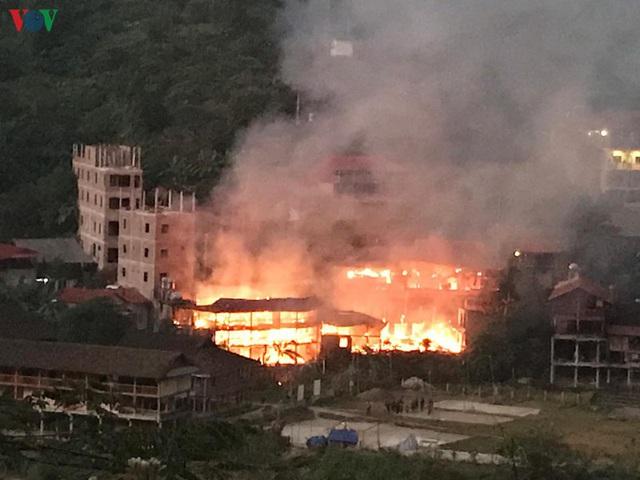 Cháy lớn tại khu du lịch homestay Pác Ngòi, Bắc Kạn - Ảnh 1.