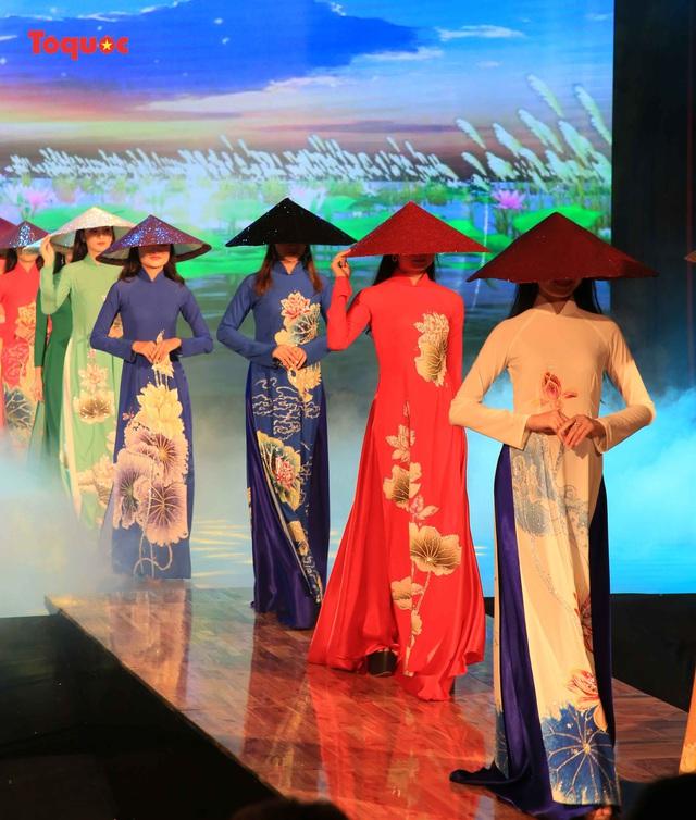 """Giới thiệu văn hóa Việt cho du khách quốc tế qua """"Áo Dài Show"""" - Ảnh 19."""