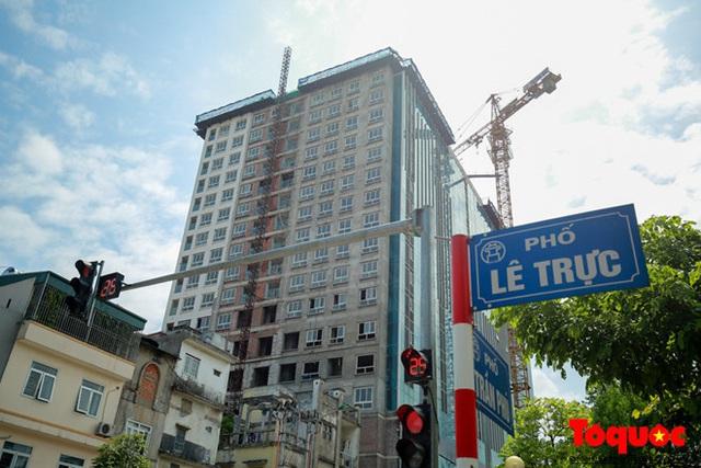 Thủ tướng Chính phủ yêu cầu Hà Nội xử lý dứt điểm sai phạm tại Dự án 8B Lê Trực sau nhiều năm chậm trễ - Ảnh 1.