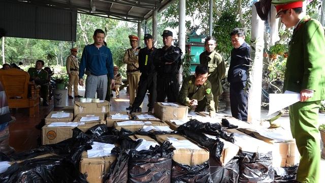 Quảng Bình: Bắt hai cha con tàng trữ trái phép gần 1 tấn pháo - Ảnh 1.